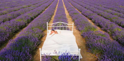 גלי חום בלילה: איך לא להזיע, להישאר רגועה, ולישון שנת יופי מיטבית